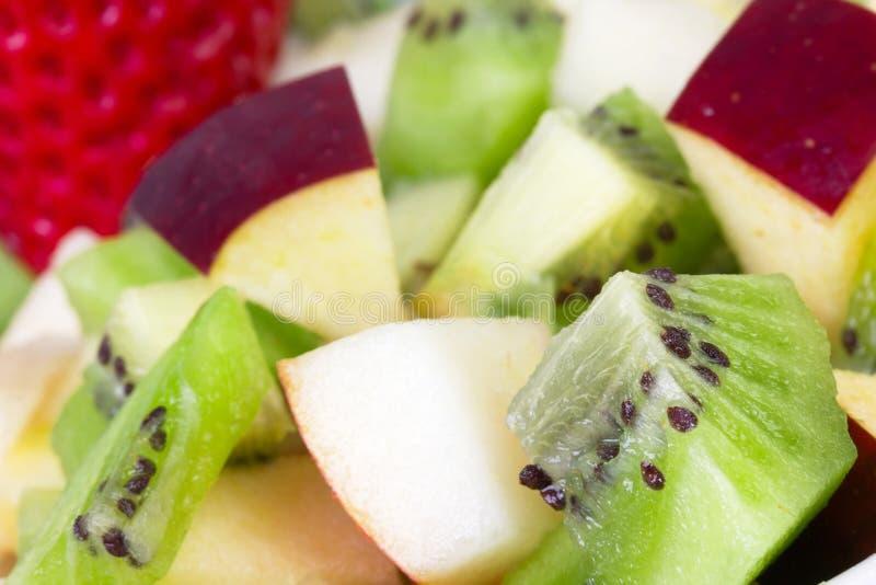 Salada de fruta na placa branca imagens de stock