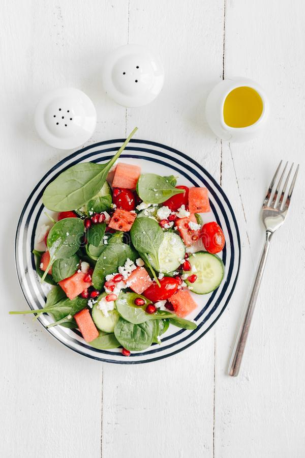 Salada de frutas e legumes na placa fotografia de stock