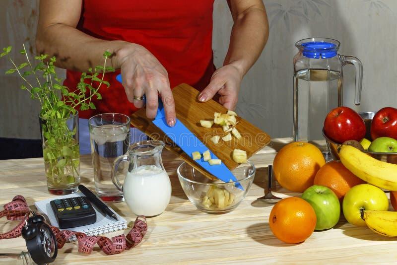 Salada de fruto, café da manhã saudável, dieta, menina, alimento, fruto, mola fotos de stock