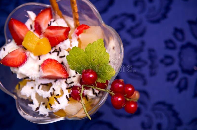 Salada de fruto com creme chicoteado imagem de stock
