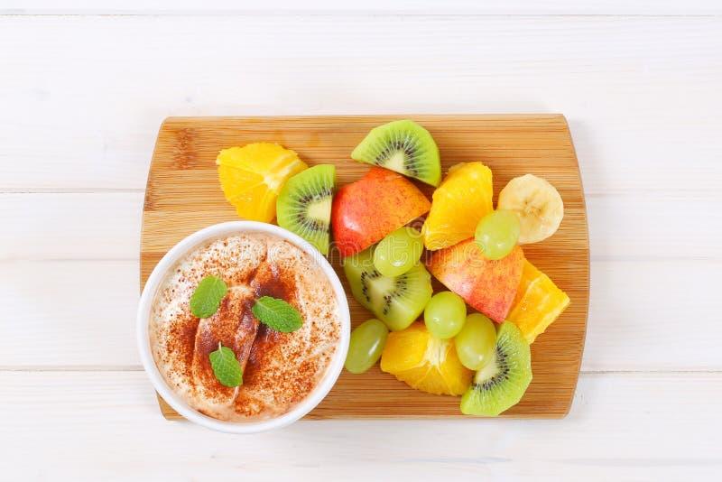 Salada de fruto com iogurte da canela imagem de stock