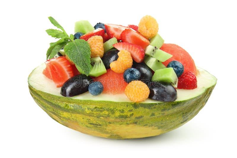 Salada de fruto deliciosa na bacia do melão no fundo branco fotografia de stock royalty free