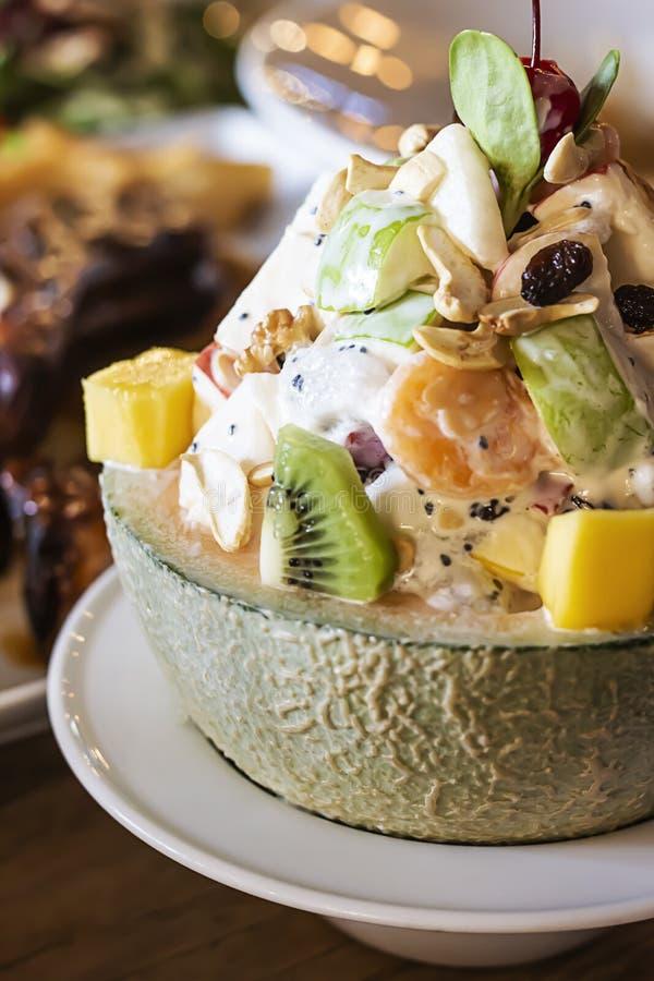 Salada de fruto em um mellon bonito imagens de stock royalty free
