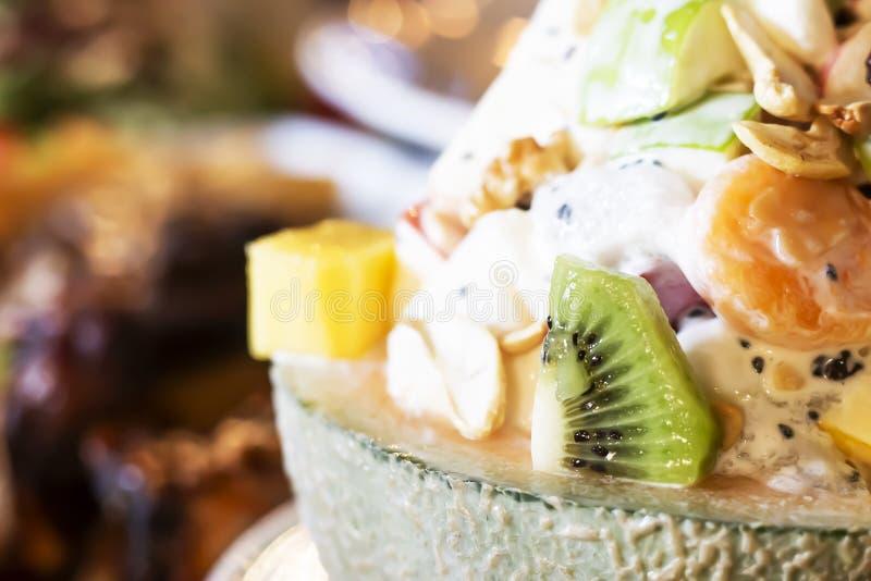 Salada de fruto em um mellon bonito imagem de stock