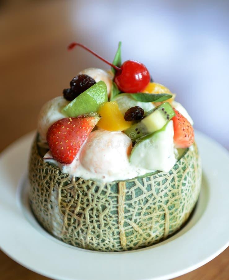 Salada de fruto fresco em comer saudável da bacia do melão imagem de stock