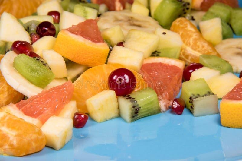 Salada de fruto fresco em um fundo azul com a Salada slised fresca do citrino foto de stock royalty free