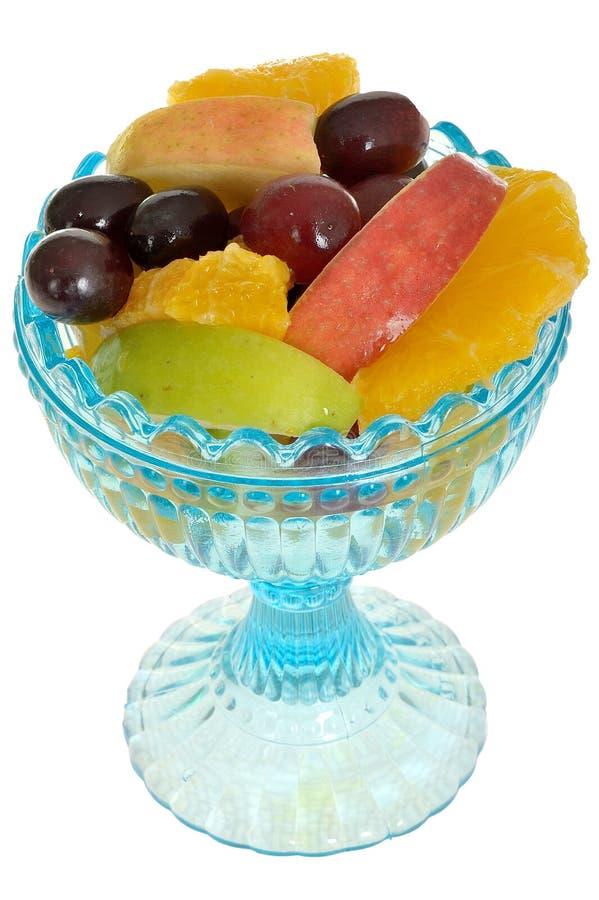 Salada de fruto fresco em uma bacia de vidro azul do deserto fotografia de stock royalty free