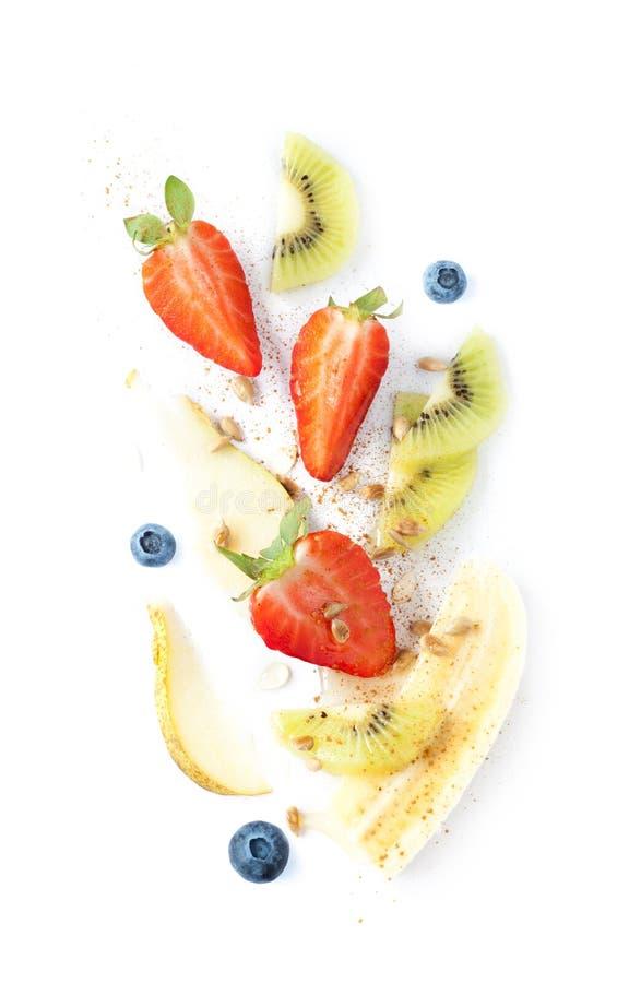 Salada de fruto fresco - morango, banana, quivi, pera e mirtilo fotografia de stock