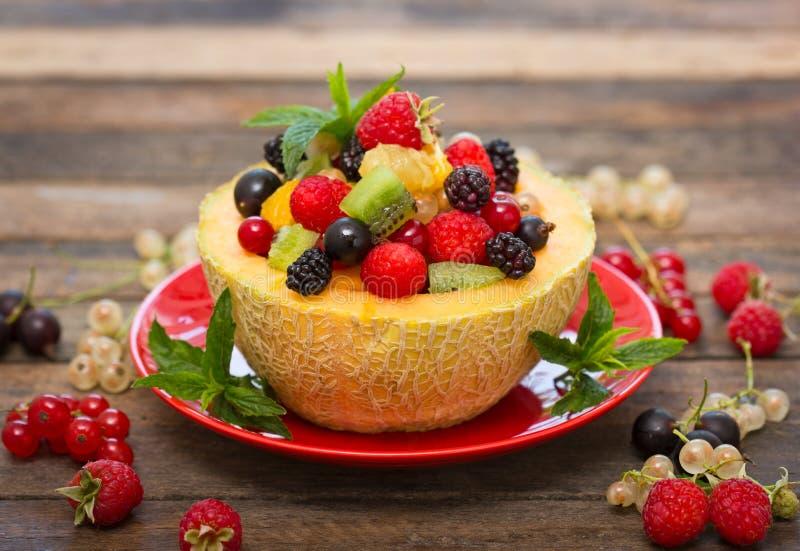 Salada de fruto fresco no melão foto de stock royalty free