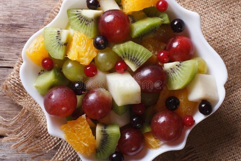 Salada de fruto na opinião superior horizontal do close-up branco da placa, rústica imagem de stock royalty free