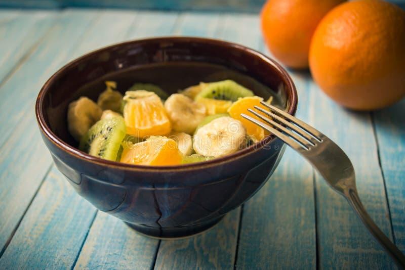Salada de fruto no close-up de madeira do fundo, sensação mediterrânea foto de stock royalty free