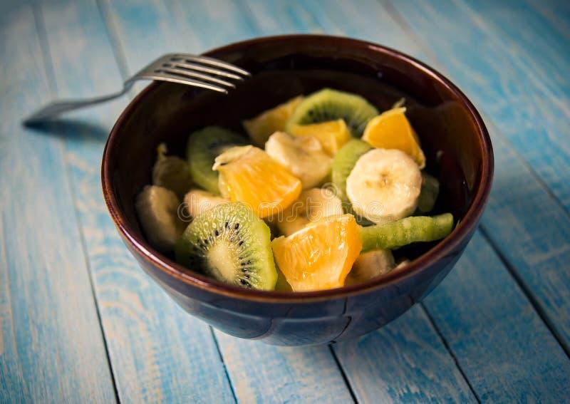 Salada de fruto no close-up de madeira do fundo, sensação mediterrânea imagens de stock royalty free