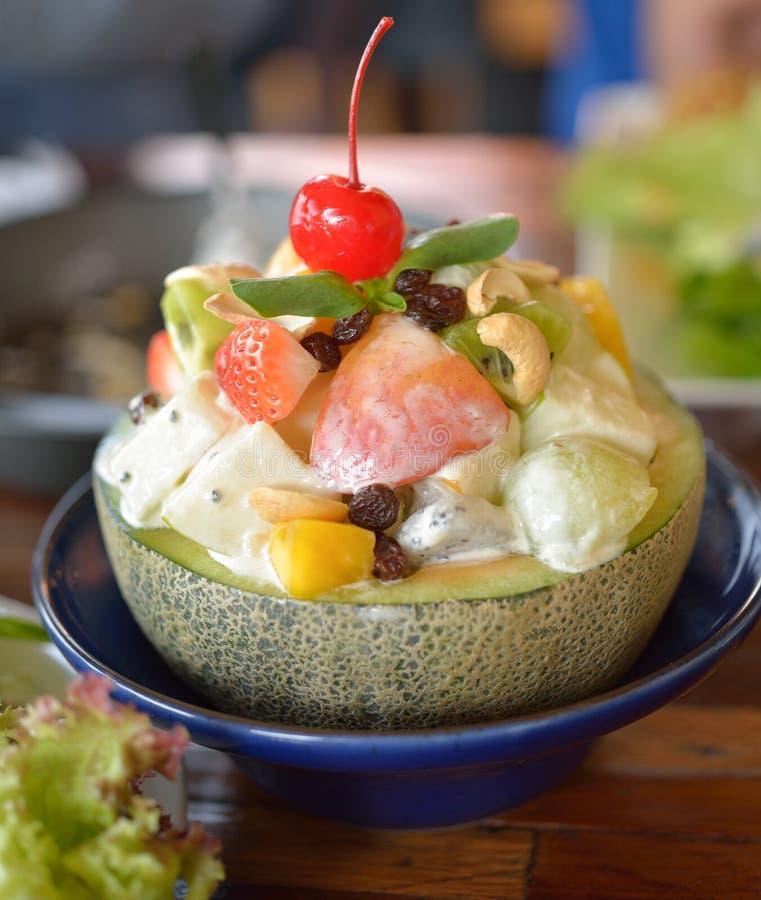 Salada de fruto saudável na bacia do melão fotografia de stock