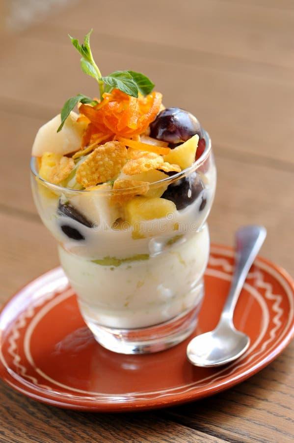 Salada de fruto saudável no vidro foto de stock royalty free