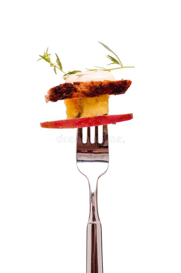 Salada de galinha com frutas em uma forquilha imagem de stock