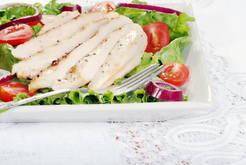 Salada de galinha grelhada com uma forquilha fotos de stock royalty free
