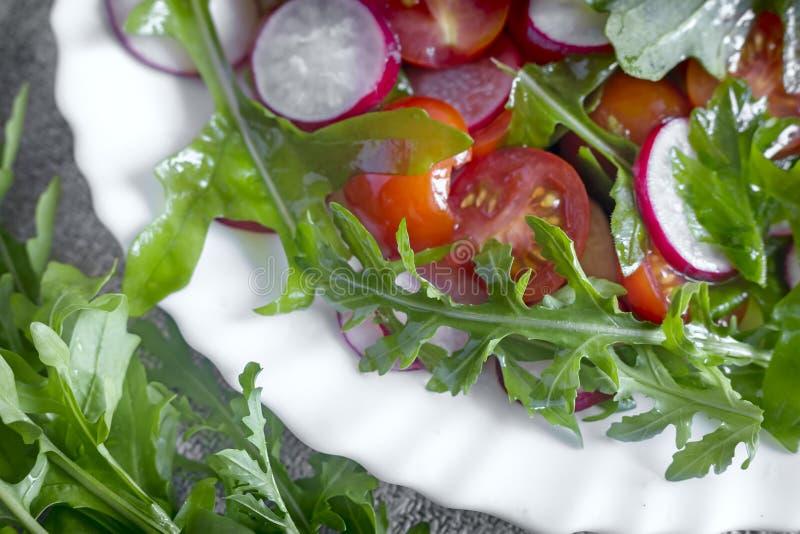 Salada de legumes frescos e de ervas na tabela imagens de stock