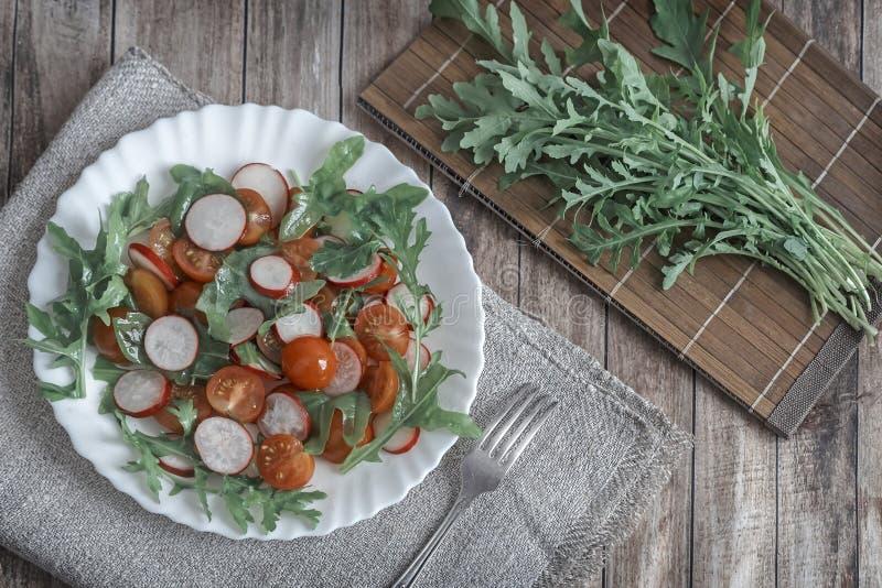 Salada de legumes frescos e de ervas na tabela imagem de stock royalty free