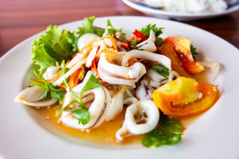 Salada de lula picante com tomate e mistura vegetais imagem de stock
