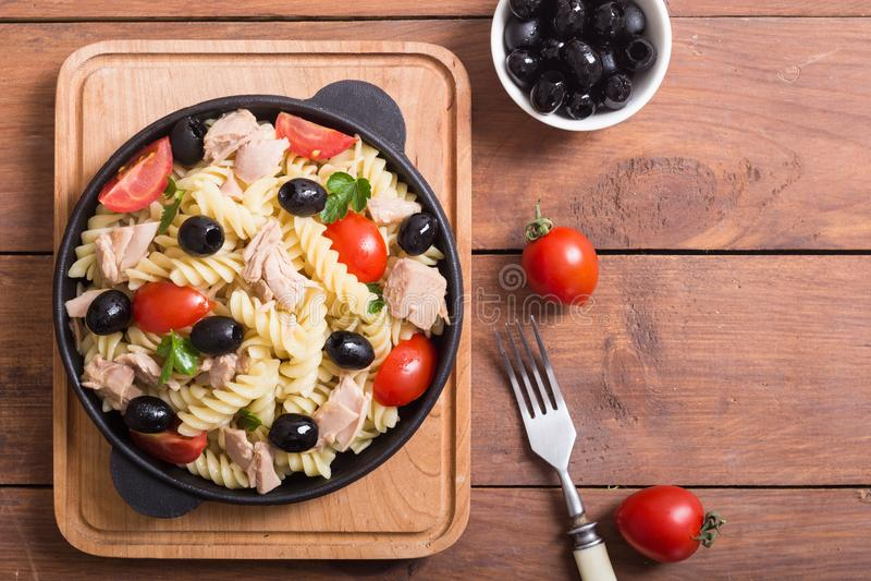 Salada de massa com atum fotografia de stock