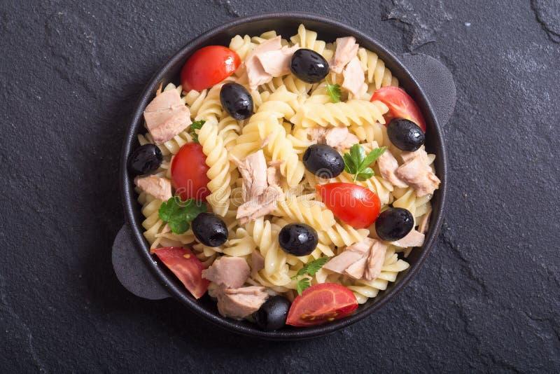 Salada de massa com atum imagens de stock