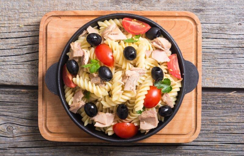 Salada de massa com atum imagens de stock royalty free