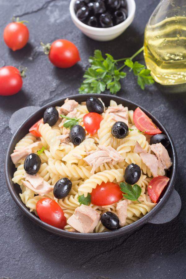 Salada de massa com atum foto de stock