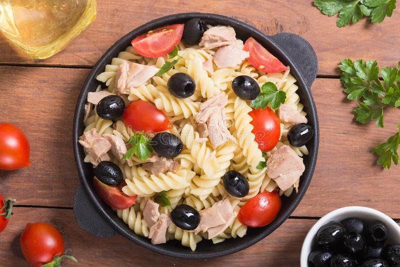 Salada de massa com atum imagem de stock royalty free