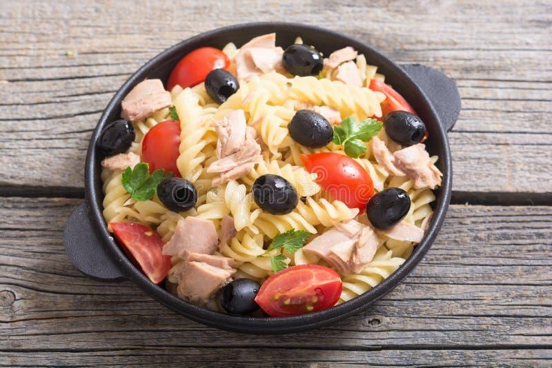 Salada de massa com atum imagem de stock