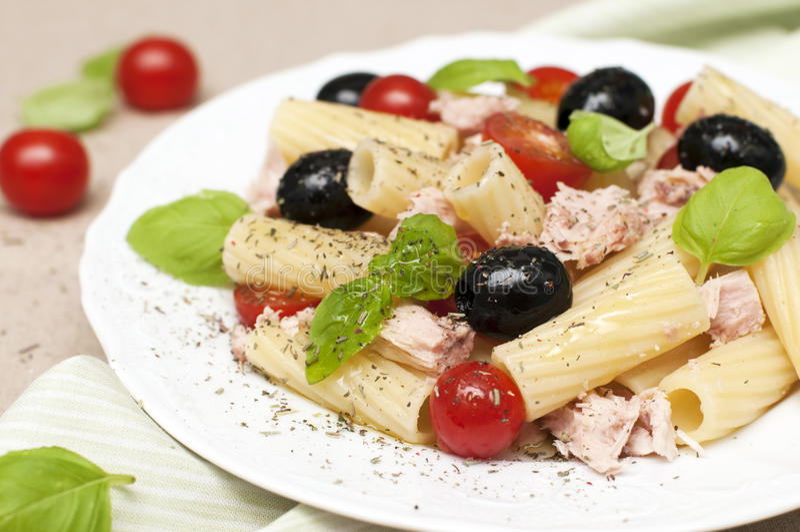 Salada de massa com atum fotos de stock