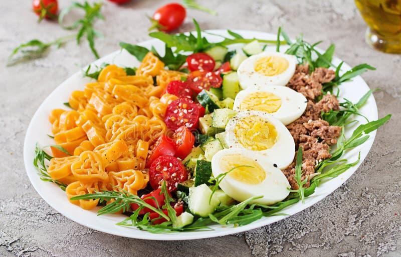 Salada de massa com legumes frescos, ovos e atum em uma bacia branca fotos de stock royalty free