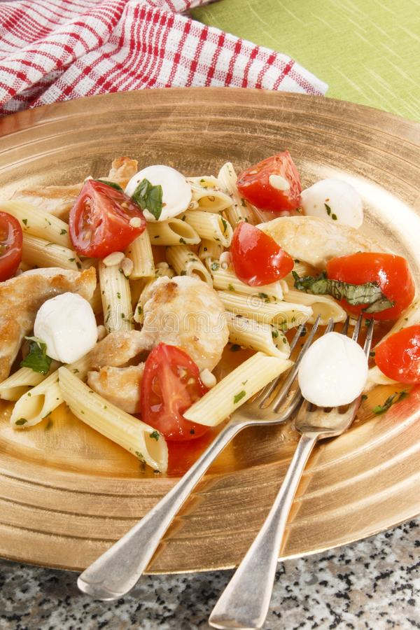 Salada de massa com mussarela, tomates de cereja e manjericão imagens de stock royalty free