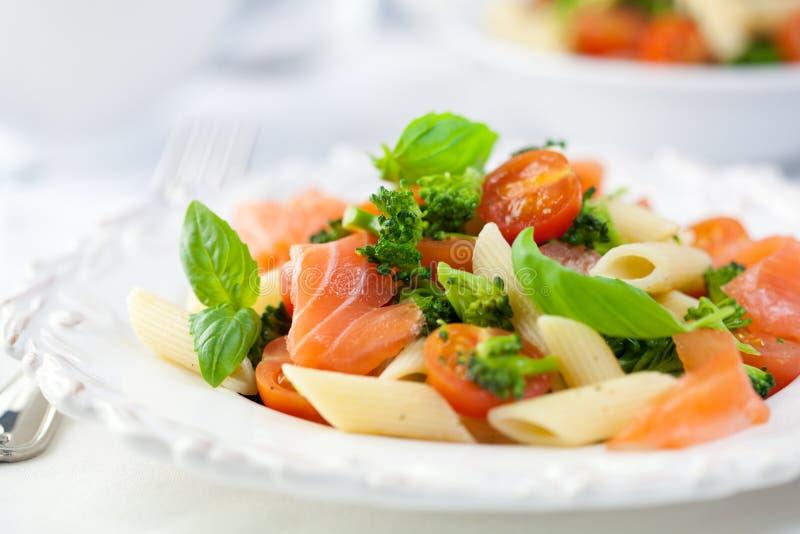 Salada de massa do gourmet com salmões fumados imagem de stock