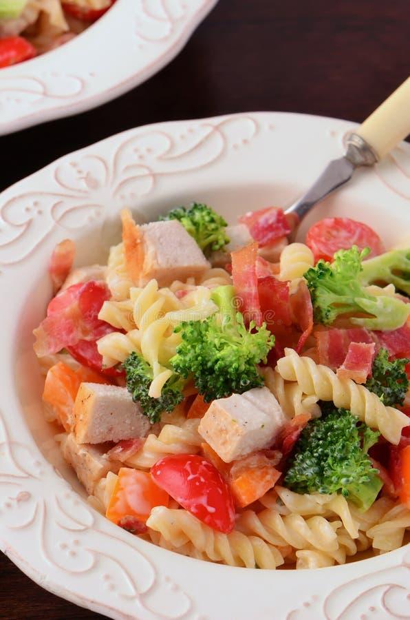 Salada de massa do vegetariano da galinha imagem de stock