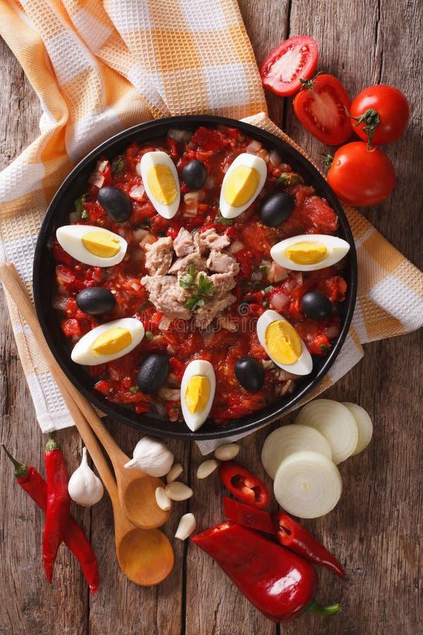 Salada de Mechouia do Tunisian e close-up dos ingredientes parte superior vertical v fotografia de stock