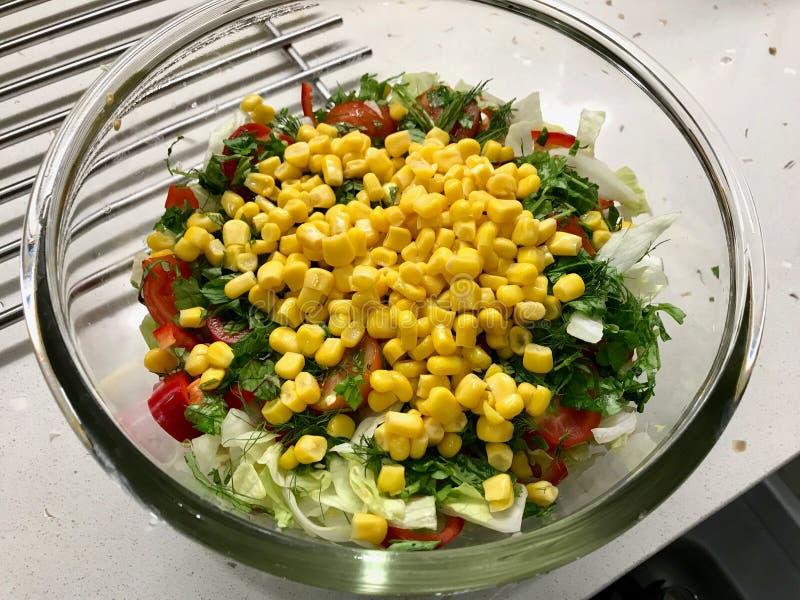 Salada de milho fresca pronta para misturar na bacia de vidro fotos de stock