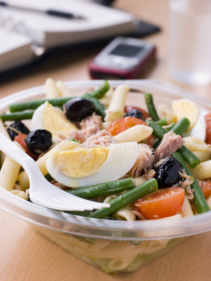 Salada de Nicoise da massa do atum imagens de stock royalty free