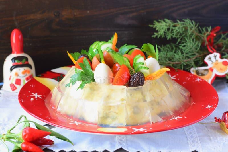 Salada de Olivier com codorniz em uma placa vermelha fotos de stock royalty free