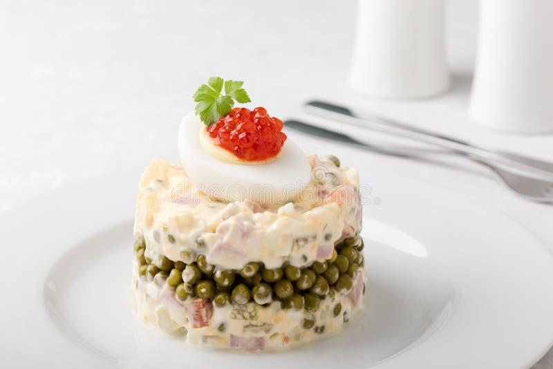 Salada de Olivier do russo com o caviar vermelho na parte superior imagens de stock royalty free