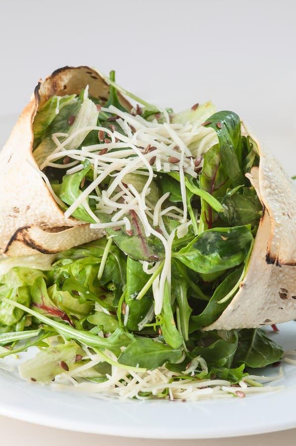 Salada de Papadum com folhas e queijo do verde fotos de stock royalty free