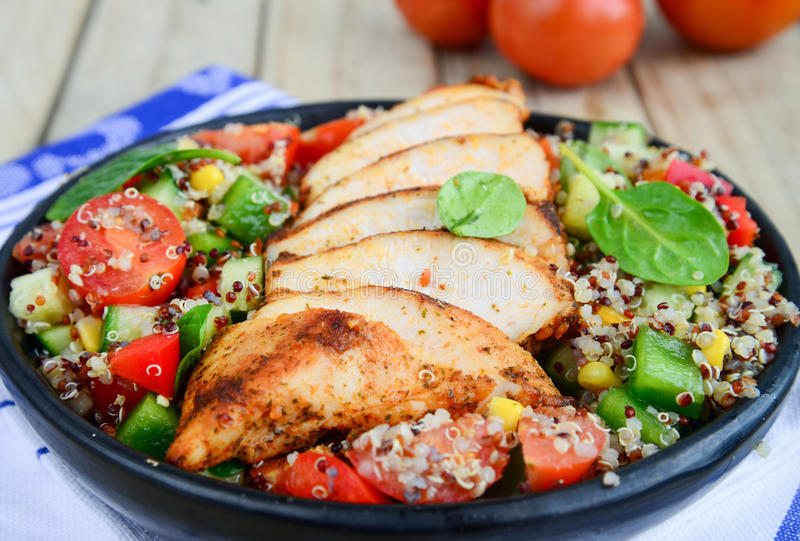 Salada de Qunioa com carne foto de stock royalty free
