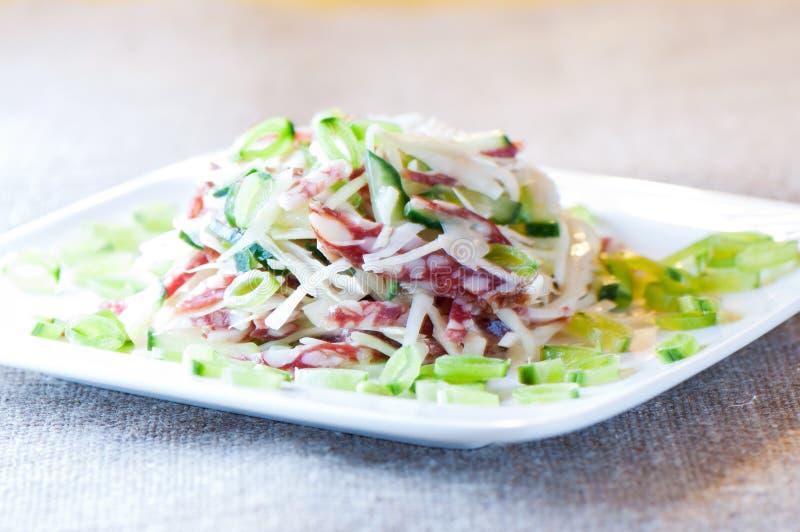 Salada de repolho, pepino, salsicha e ervilhas verdes imagens de stock