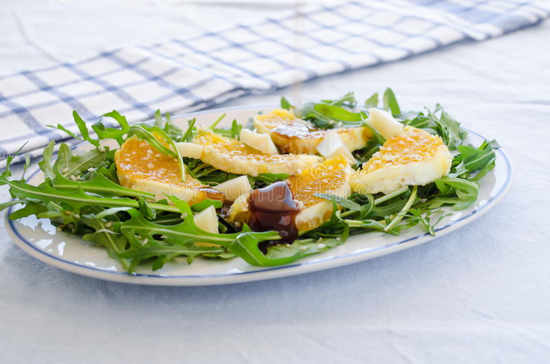 Salada de Ruccola com laranja, queijo, sésamo e balsâmico fotografia de stock