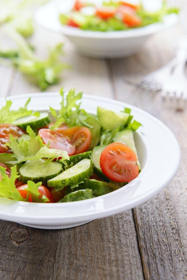 Salada de Vegatable do tomatoe fresco dos pepinos, da alface e da cereja fotos de stock royalty free