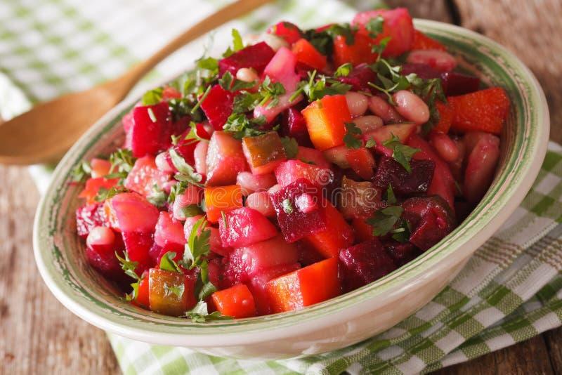 Salada de vegetais fervidos em um macro da bacia horizontal foto de stock royalty free