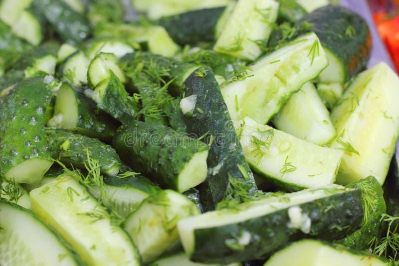 Salada de verdes frescos com pepinos foto de stock royalty free