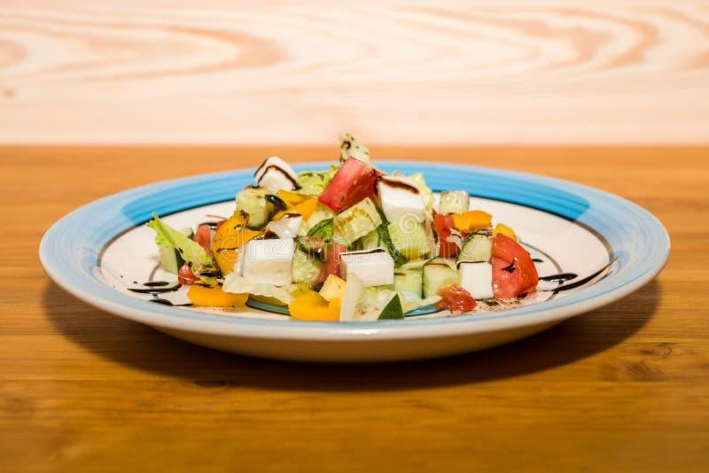 Salada deliciosa de legumes frescos com especiarias em uma placa foto de stock