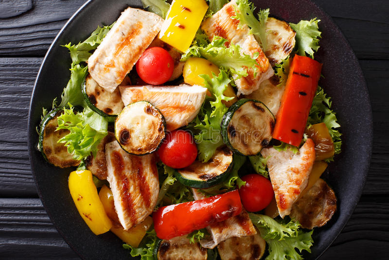 Salada deliciosa do fim-u grelhado dos vegetais e da galinha do verão foto de stock