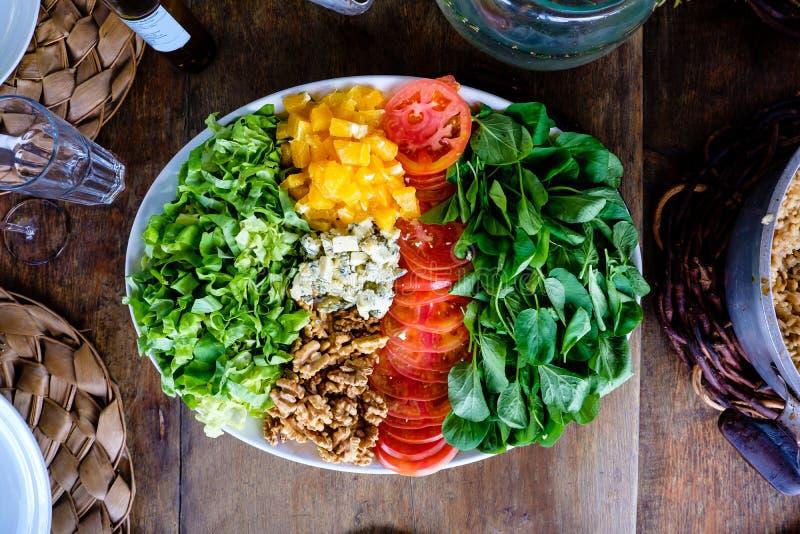 Salada deliciosa em uma tabela exterior com luz natural fotografia de stock royalty free