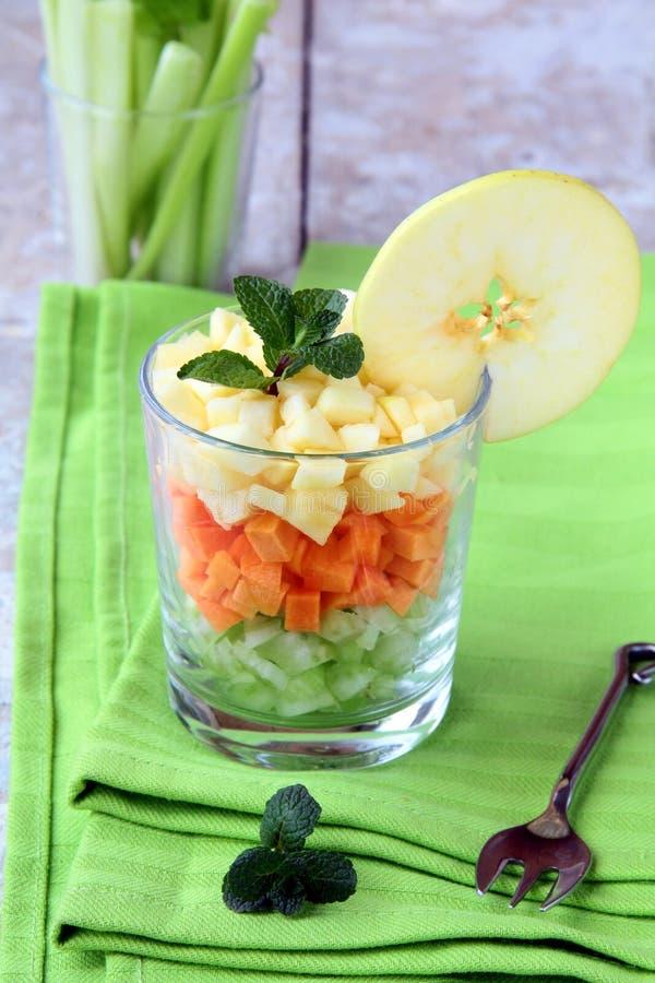 Salada do aipo e a maçã e a cenoura imagens de stock royalty free